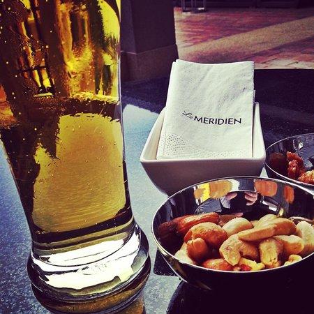Le Meridien Chiang Rai Resort: Enjoying a beer and nuts at the Chill Bar