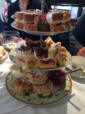 The Elwes Arms: Lovely fresh cakes and scones with our afternoon tea!