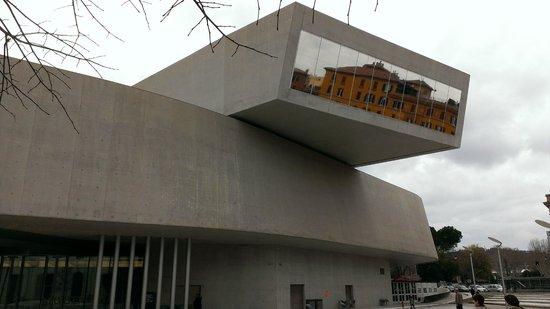 MAXXI - Museo Nazionale Delle Arti del XXI Secolo : Aggetto della facciata