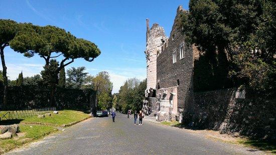 Parco Regionale dell'Appia Antica: Via Appia con il mausoleo di Cecilia Metella
