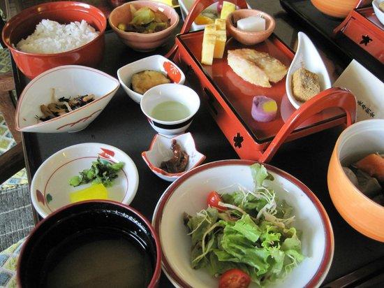Okinawa Spa Resort EXES: 朝食の長寿定食 前日までに頼めば部屋まで持ってきてくれます。