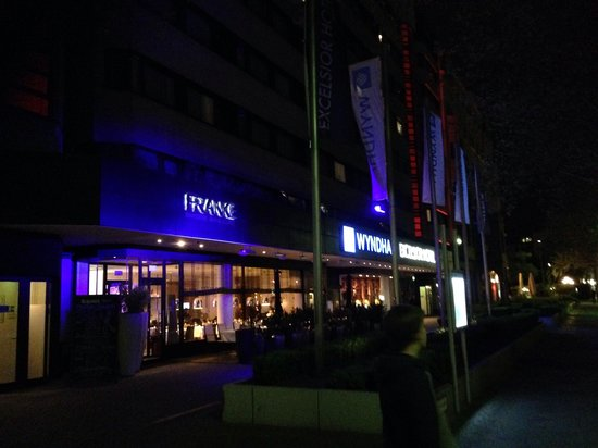 Wyndham Berlin Excelsior: The front at night