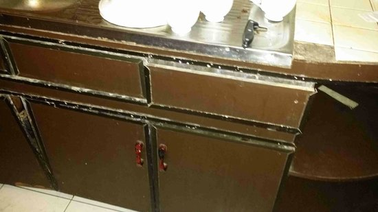 Hotel Silver Falls: broken and dirty doors of the pantry