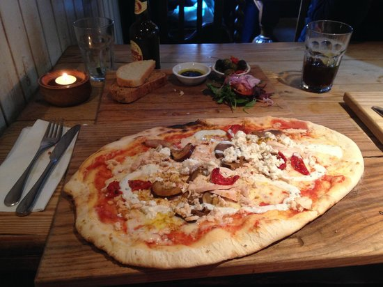 The Bulls Head: Mumbai pizza with bread to share starter