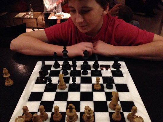 Wyndham Berlin Excelsior: Playing chess in the bar