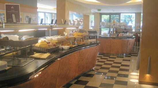 Hilton Budapest City: breakfast dining hall