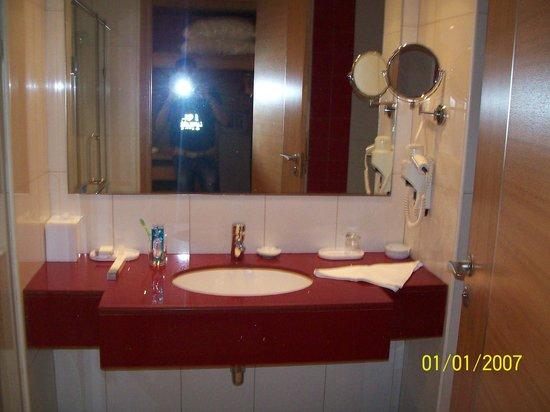 Park Inn by Radisson Muscat: bathroom