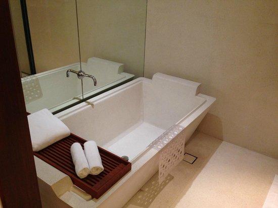 Hansar Bangkok Hotel: Vasca