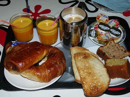 Agroturismo Kortazar : Desayuno que nos trajeron por la mañana