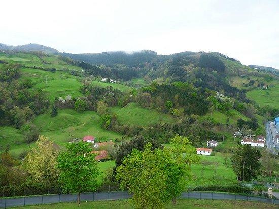 Agroturismo Kortazar : Vistas a la montaña desde el balcón del comedor