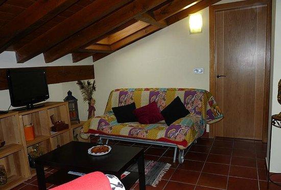 Agroturismo Kortazar : Zona del comedor con el sofá y la tele (el sofá es sofá-cama)