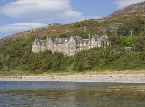 Bay Gairloch Hotel: Hotel from the beach