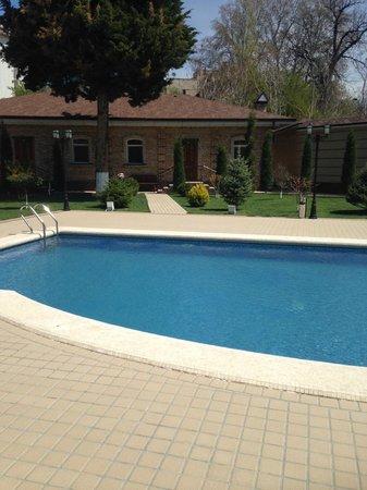 Sharq Hotel : pool area