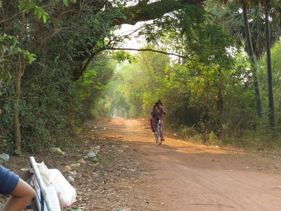 Sabai Adventures Cambodia - Day Tours: Waiting, observing locals