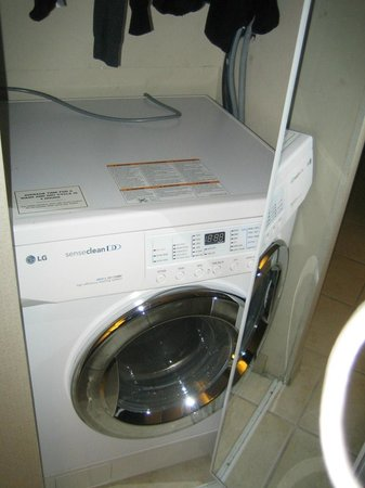 Sandman Suites Vancouver - Davie Street: A washer you can't use because the door wont open far enough  (third room lucky?!)