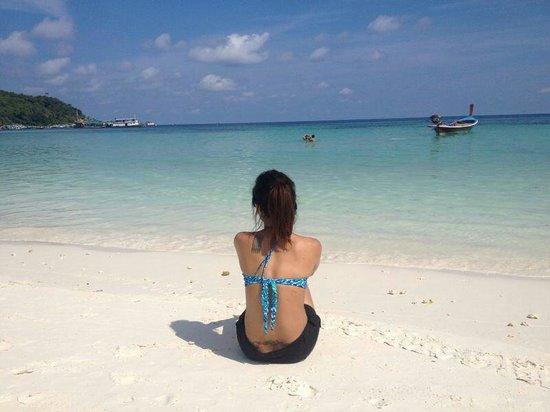Mali Resort Pattaya Beach Koh Lipe: Chilling out in front of Mali resort