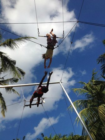 High Flyers Bali Trapeze School: knee hand to catcher trick