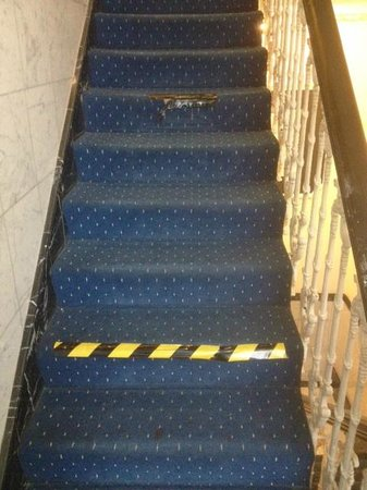 Whiteleaf Hotel: torn carpet on steps trip hazard very dangerous