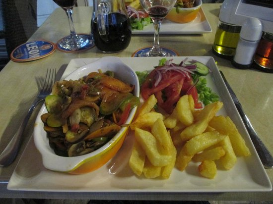 Pambis Diner: Ratatouille with salad and chips