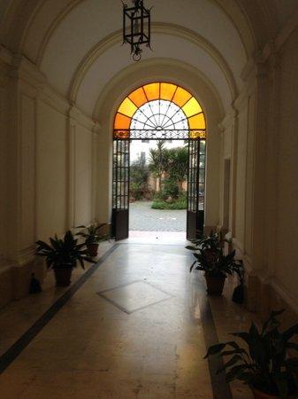 Hotel Maryelen: Passage to courtyard