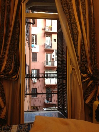 Hotel Maryelen: View to courtyard & balcony