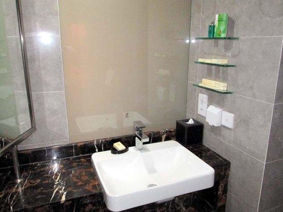 Beijing Jianguo Hotel: sink and toiletries