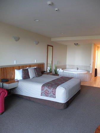 Pebble Beach Motor Inn : Bedroom and spa
