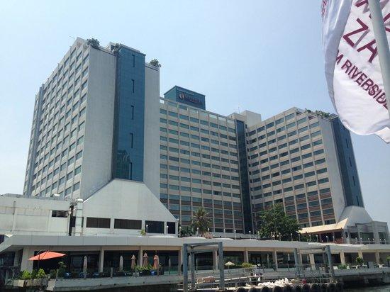 Ramada Plaza Bangkok Menam Riverside : Vista do hotel, do Rio Chao Phraya
