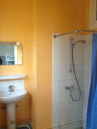 Hossegor Surf Hostel: Shower room