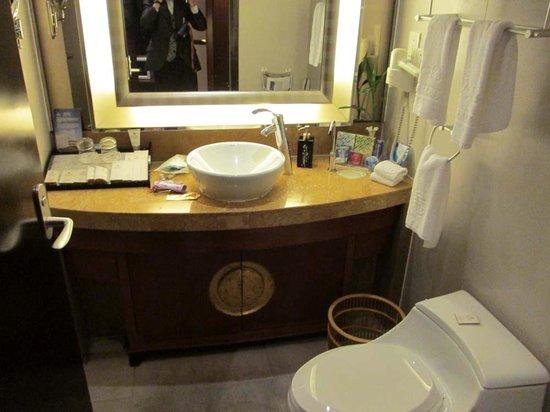Cohere Hotel Changde: bathroom vanity and toilet