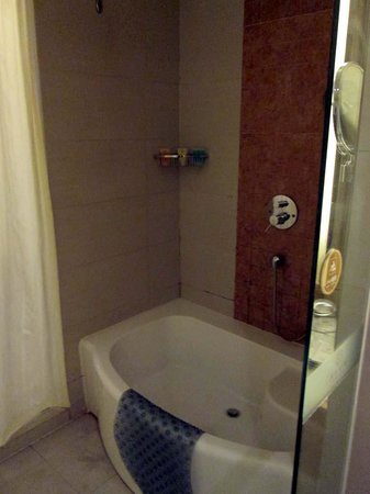Cohere Hotel Changde: shower and tub