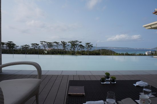 The Ritz-Carlton, Okinawa : outside of the lobby lounge