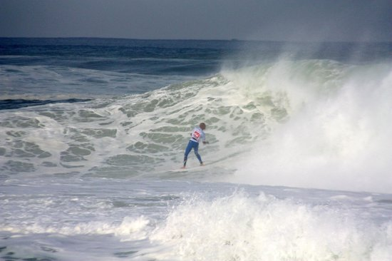Hossegor Surf Hostel: Kelly Slater being shot out of a big barrel, score perfect 10