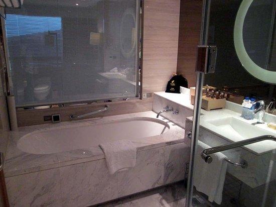 Boyue Shanghai Hongqiao Airport Hotel : shower and vanity