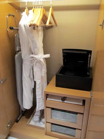 Boyue Shanghai Hongqiao Airport Hotel : closet and safe