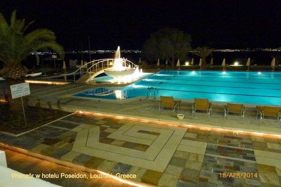 Hotel Poseidon Resort : basen wieczorem
