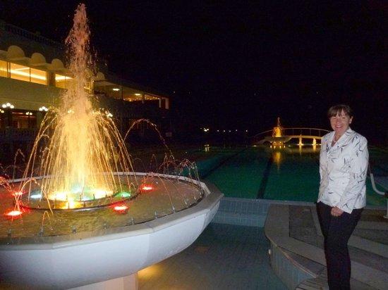 Hotel Poseidon Resort : fontanny podświetlone przy basenie