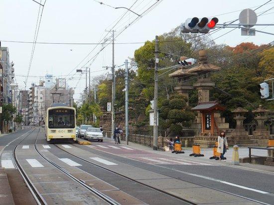 Sumiyoshi Taisha Shrine : Tram stopping just infront of the entrance.