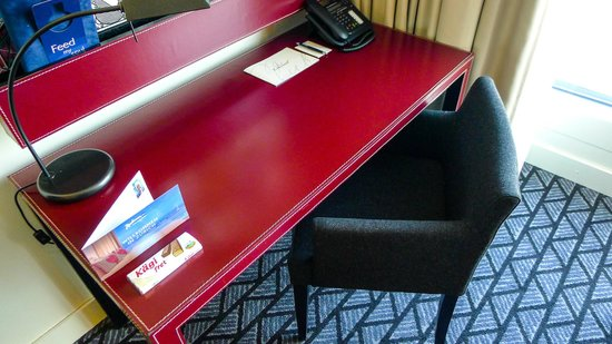 Radisson Blu Hotel, Zurich Airport: Stylish writing desk, very comfortable and chic