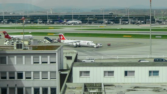 Radisson Blu Hotel, Zurich Airport: Runway views from our Business Class Room