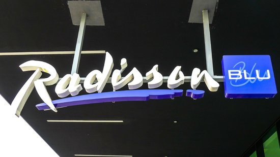 Radisson Blu Hotel, Zurich Airport: The sign near the entrance to the hotel