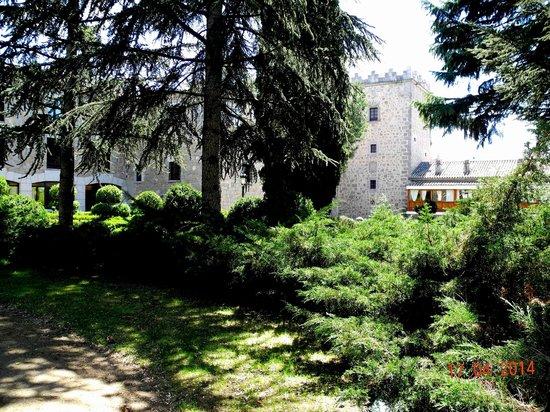 Parador de Ávila: Blick auf das Haus aus dem Park