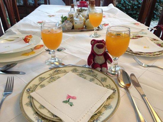 Sonya's Garden B&B: Beautifully decorated table
