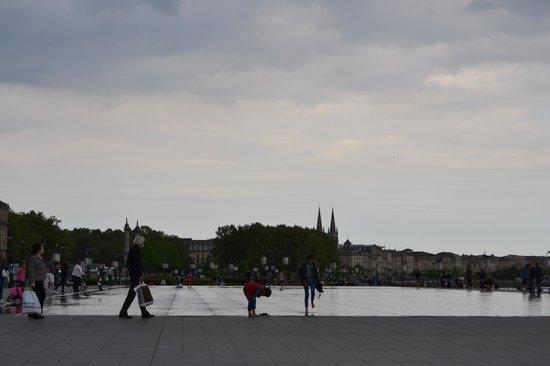 Place de la Bourse (Place Royale) : jeux d'eaux sous ciel gris