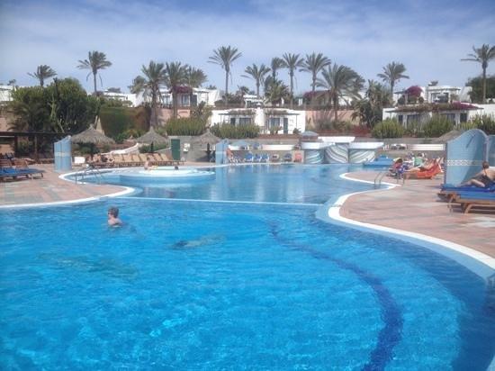 Hotel Club Playa Blanca: Pool area.