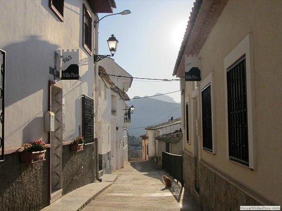 B&B Villa Pico: Straat van de B&B met het huis dat ook verhuurt wordt