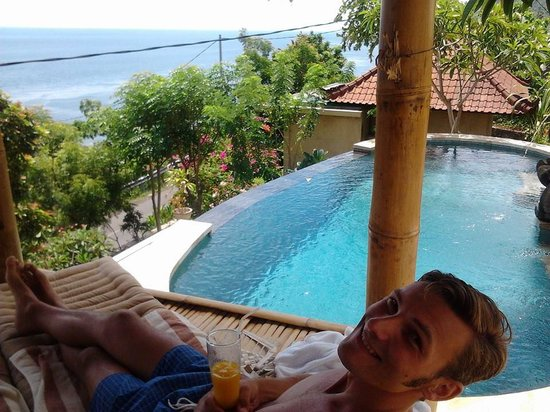 Paradise Bungalows Bali: Relaxing at the pool with fresh mango juice