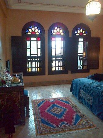 Al Fassia Aguedal : Camera da letto con finestre in stile