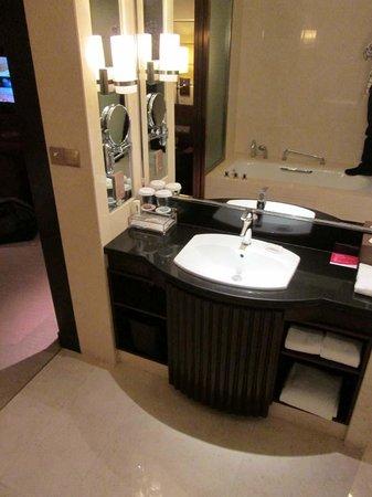 Crowne Plaza Nanchang Riverside Hotel: vanity