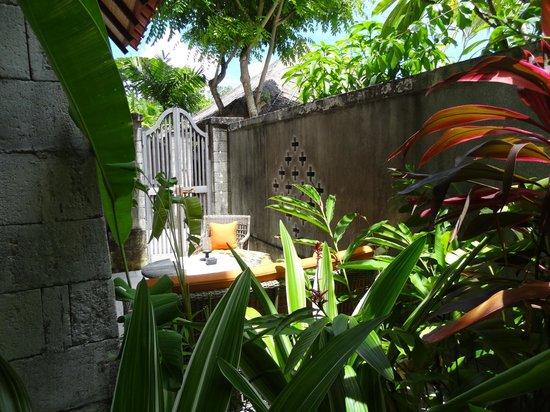 Sudamala Suites & Villas: tuintje bij terras